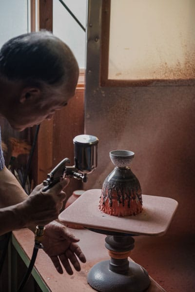 spraying on glaze - روش های لعاب کاری