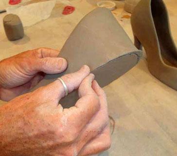 ساخت کفش سفالی با گل