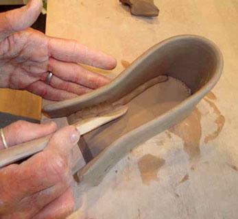 مراحل ساخت کفش سفالی با گل