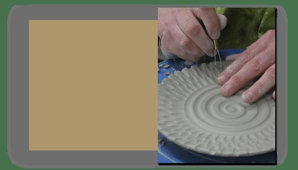 wet clay pottery - چطور طرح های نقش برجسته را روی گل خیس کنده کاری کنیم ؟